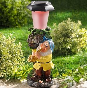 trpaslik so solarnou lampou